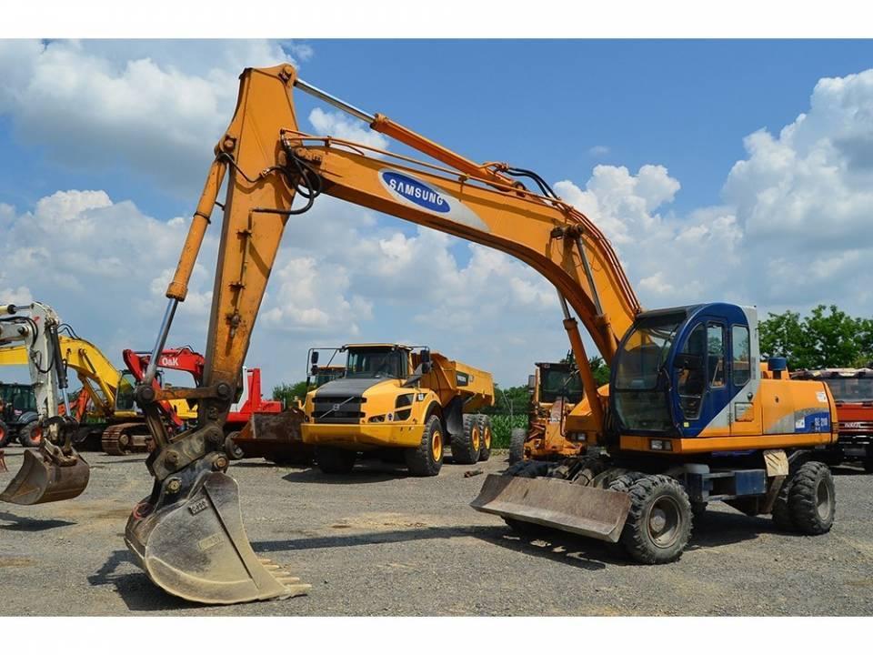 Excavator pe pneuri4763