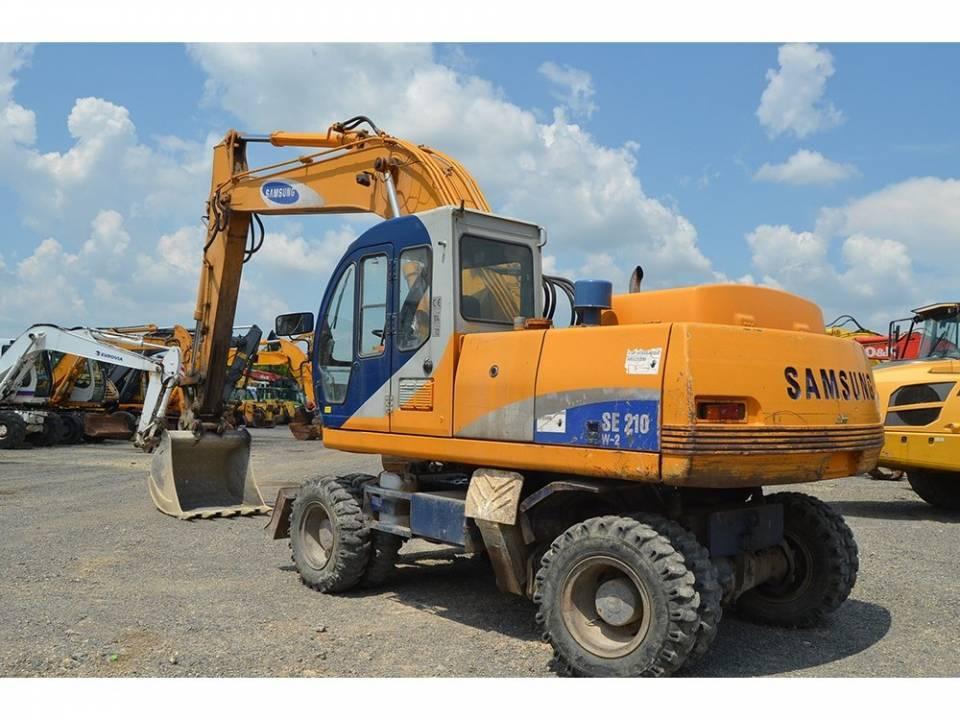 Excavator pe pneuri4761