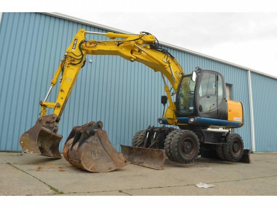 Excavator pe pneuri4783