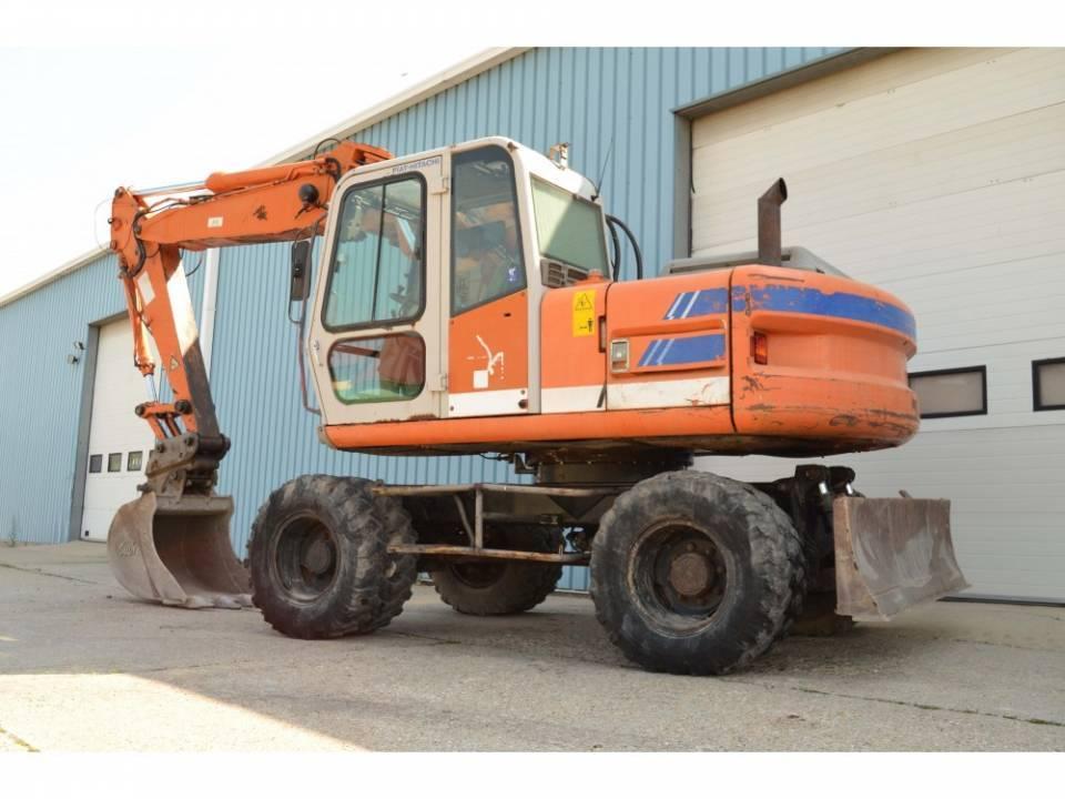 Excavator pe pneuri4789