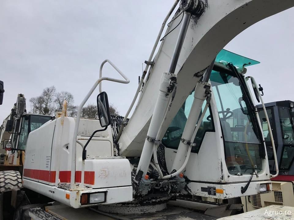 Excavator pe pneuri4804