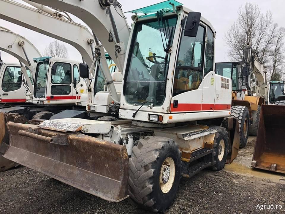 Excavator pe pneuri4806