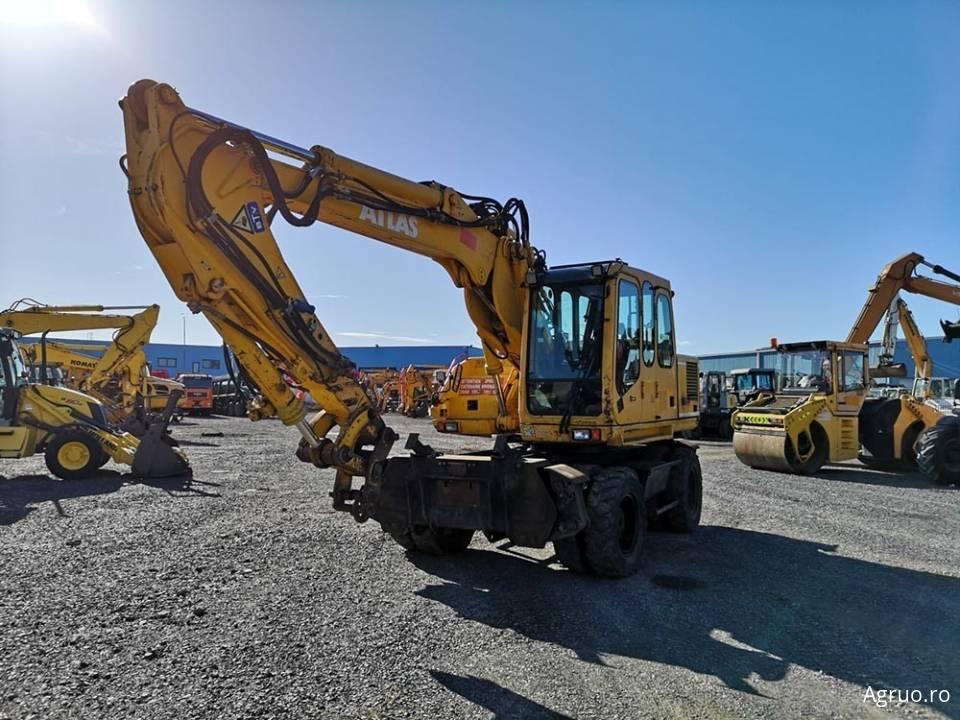 Excavator pe pneuri4857