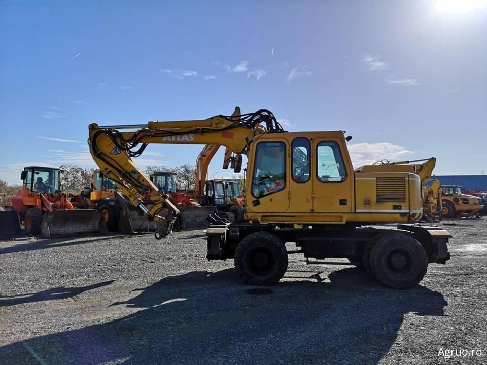 Excavator pe pneuri4853