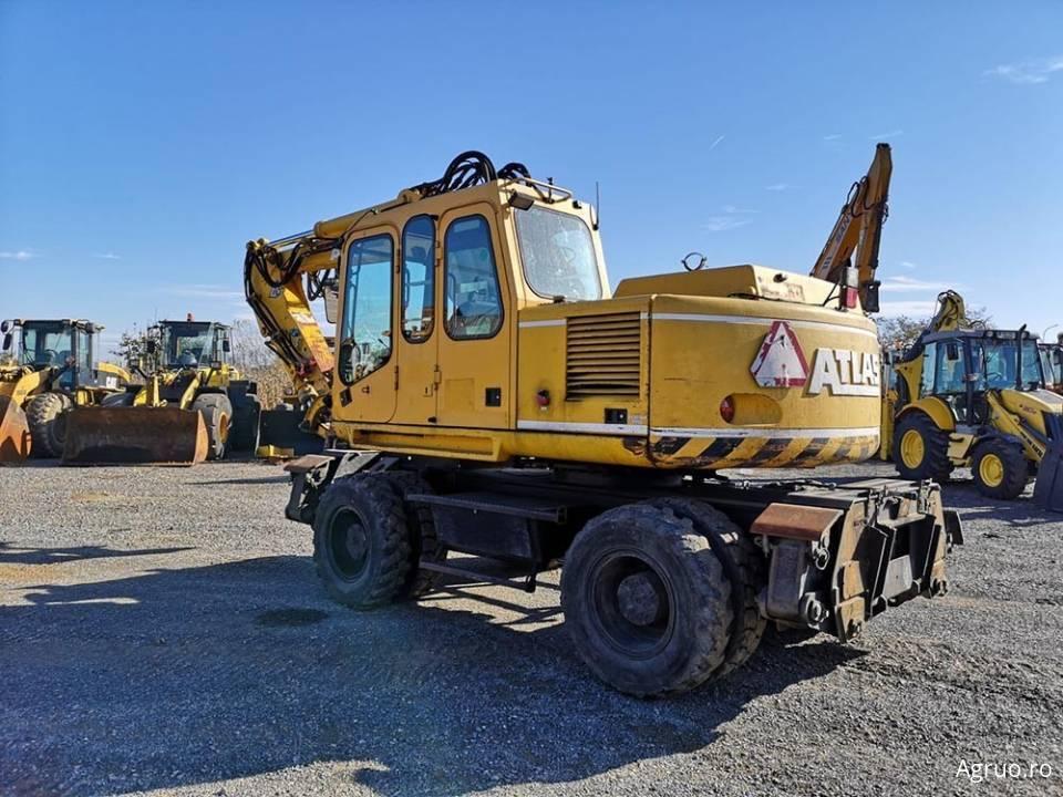 Excavator pe pneuri4852